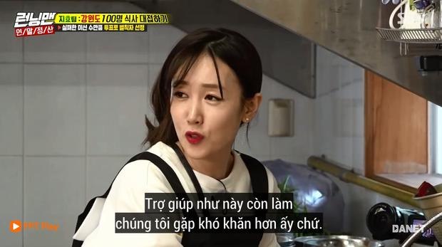 Song Ji Hyo nổi đóa vì Running Man cử 1 người không biết nấu ăn đến... phụ bếp - Ảnh 4.