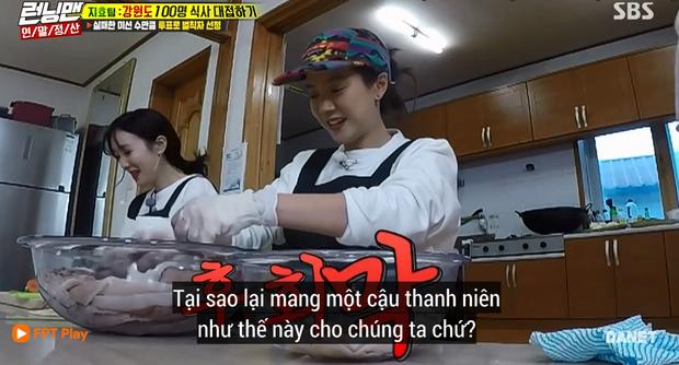 Song Ji Hyo nổi đóa vì Running Man cử 1 người không biết nấu ăn đến... phụ bếp - Ảnh 6.