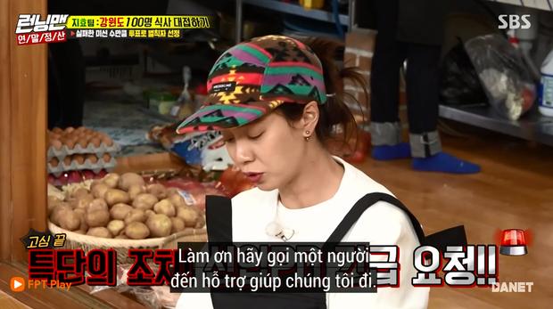 Song Ji Hyo nổi đóa vì Running Man cử 1 người không biết nấu ăn đến... phụ bếp - Ảnh 2.