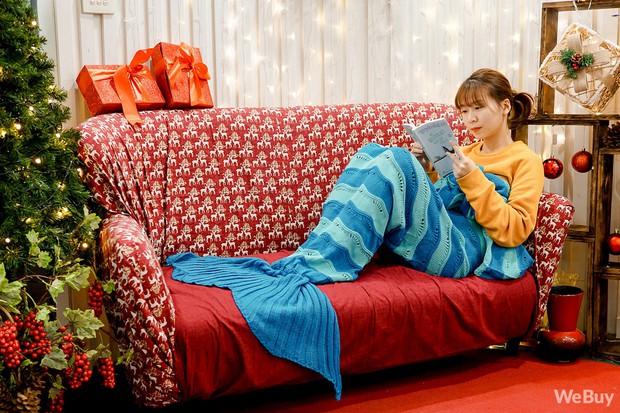 Giáng sinh này, mua chăn Tiên cá để hiểu vì sao nàng Tiên cá lại cố sống cố chết đòi đổi chân người - Ảnh 2.