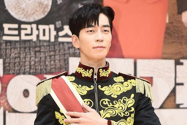 Sau anh trai Kim Tan, đến lượt chàng phản diện Shin Sung Rok bị thương trên phim trường The Last Empress - Ảnh 1.