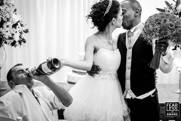 Nước mắt, nụ cười và cả sự cố khó đỡ làm nên những bức ảnh cưới đẹp nhất năm 2018! - Ảnh 13.