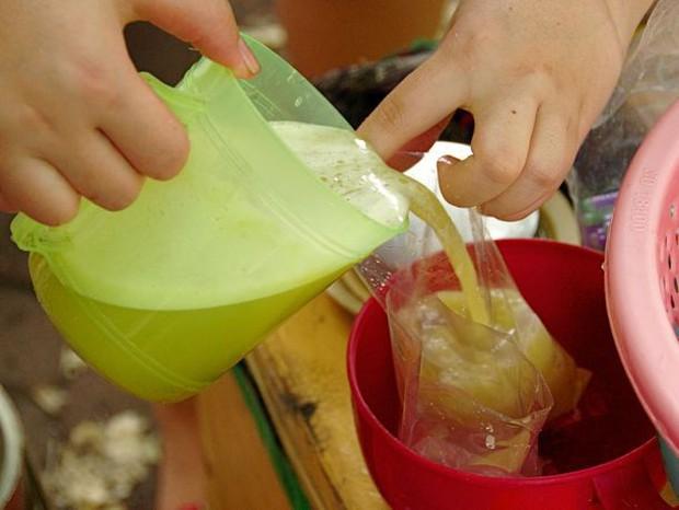 Những phương pháp ép nước mía thú vị ở các nước, có nơi ép bằng… sức bò luôn đấy! - Ảnh 5.