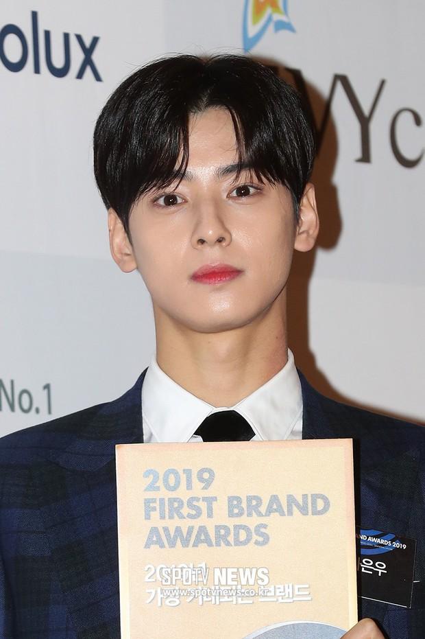 Thảm đỏ thảm họa: Tiểu Jeon Ji Hyun diện đồ quá sến, nam thần có gương mặt đẹp nhất Kpop lấn át dàn mỹ nhân - Ảnh 3.