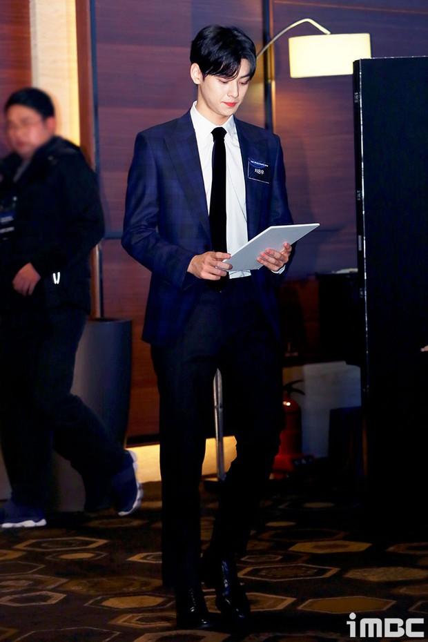 Thảm đỏ thảm họa: Tiểu Jeon Ji Hyun diện đồ quá sến, nam thần có gương mặt đẹp nhất Kpop lấn át dàn mỹ nhân - Ảnh 1.