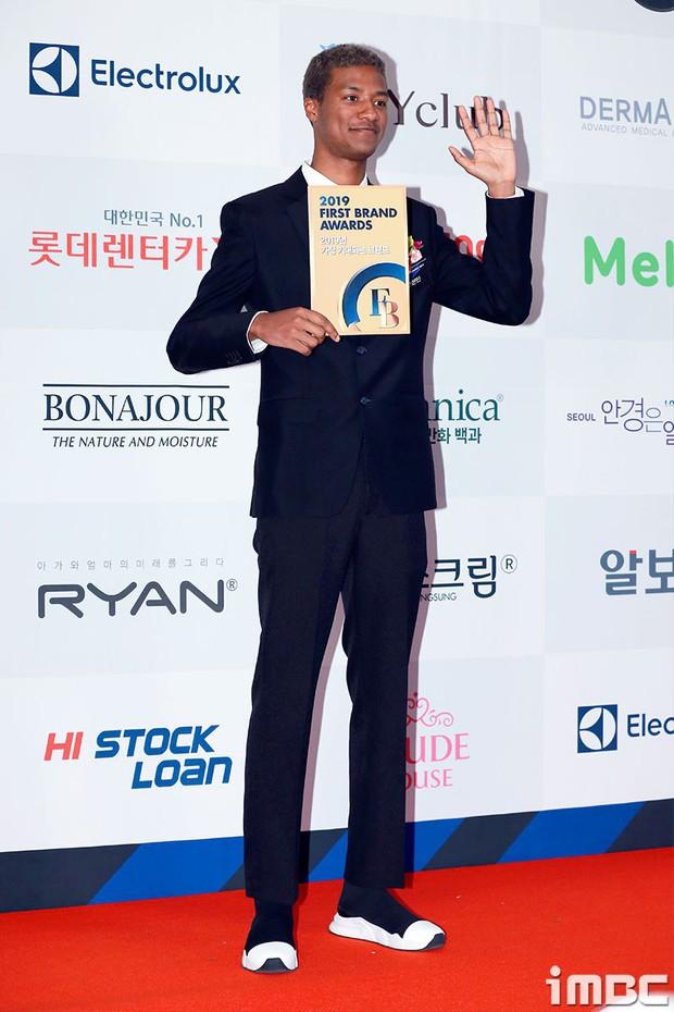 Thảm đỏ thảm họa: Tiểu Jeon Ji Hyun diện đồ quá sến, nam thần có gương mặt đẹp nhất Kpop lấn át dàn mỹ nhân - Ảnh 21.