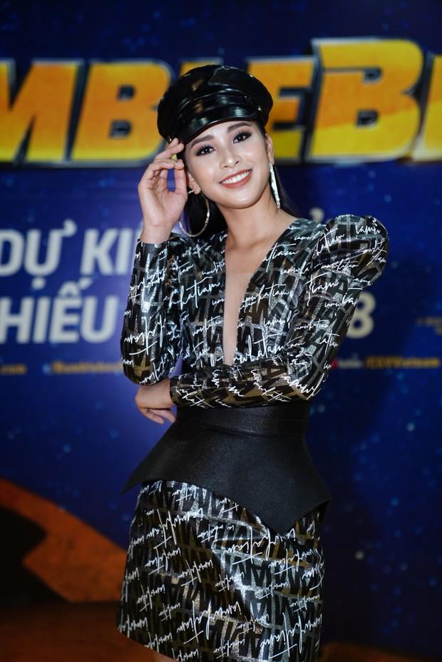 Hoa hậu Tiểu Vy hở bạo gợi cảm, trong khi Ninh Dương Lan Ngọc dịu dàng tại buổi họp báo Bumblebee - Ảnh 2.