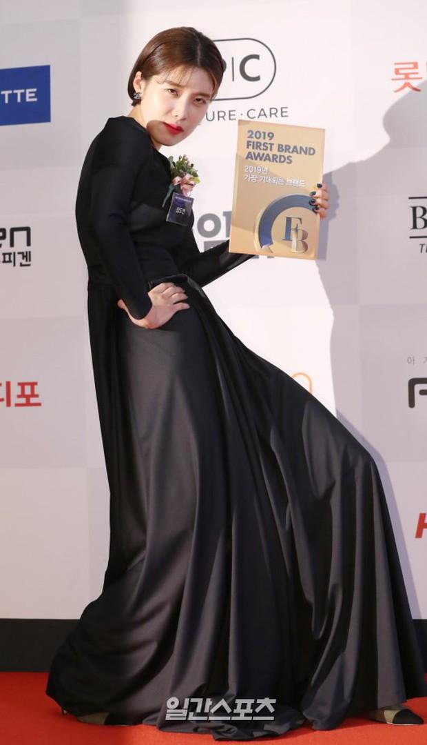 Thảm đỏ thảm họa: Tiểu Jeon Ji Hyun diện đồ quá sến, nam thần có gương mặt đẹp nhất Kpop lấn át dàn mỹ nhân - Ảnh 11.