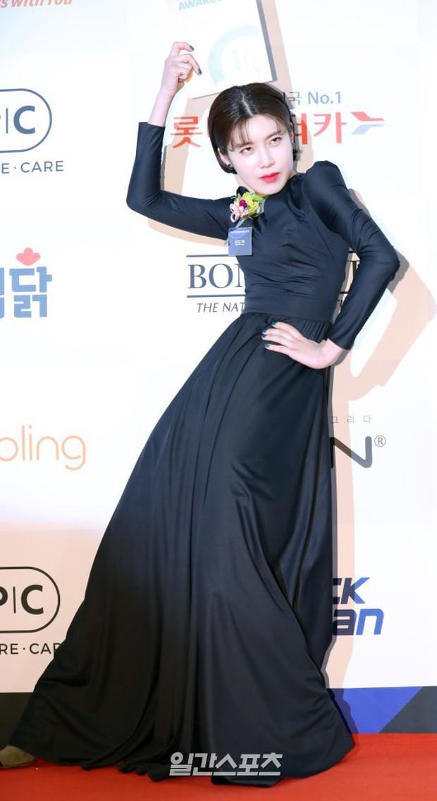 Thảm đỏ thảm họa: Tiểu Jeon Ji Hyun diện đồ quá sến, nam thần có gương mặt đẹp nhất Kpop lấn át dàn mỹ nhân - Ảnh 12.