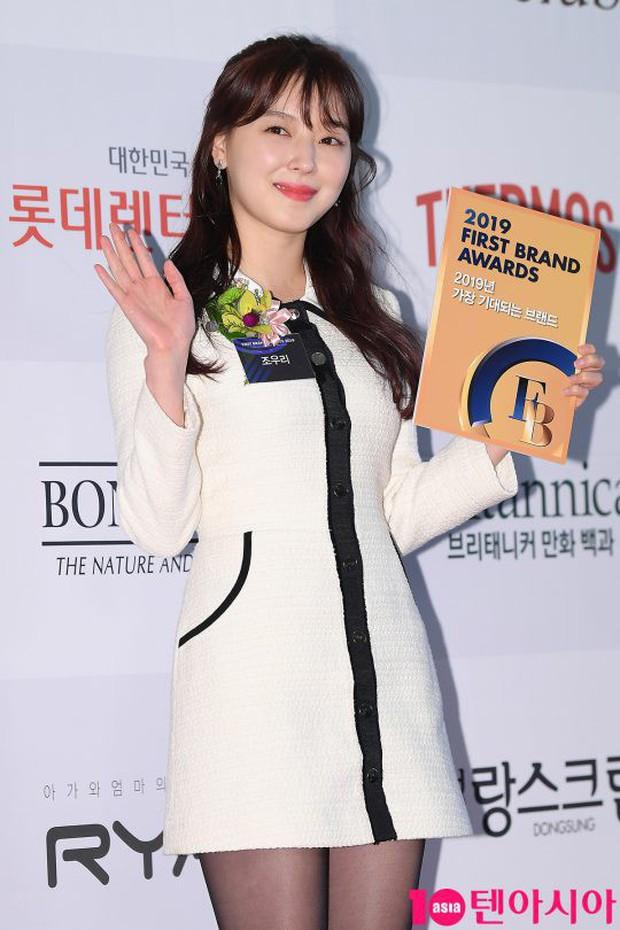 Thảm đỏ thảm họa: Tiểu Jeon Ji Hyun diện đồ quá sến, nam thần có gương mặt đẹp nhất Kpop lấn át dàn mỹ nhân - Ảnh 13.