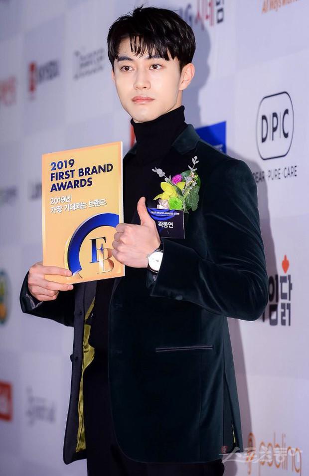 Thảm đỏ thảm họa: Tiểu Jeon Ji Hyun diện đồ quá sến, nam thần có gương mặt đẹp nhất Kpop lấn át dàn mỹ nhân - Ảnh 15.