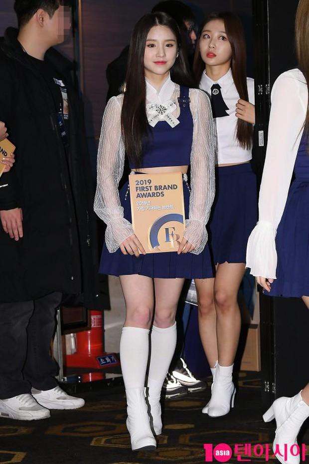 Thảm đỏ thảm họa: Tiểu Jeon Ji Hyun diện đồ quá sến, nam thần có gương mặt đẹp nhất Kpop lấn át dàn mỹ nhân - Ảnh 8.