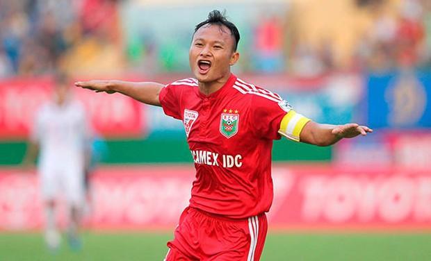 """Bố cầu thủ Nguyễn Trọng Hoàng: """"Nếu không đá bóng thì sẽ làm chiến sĩ công an - Ảnh 1."""