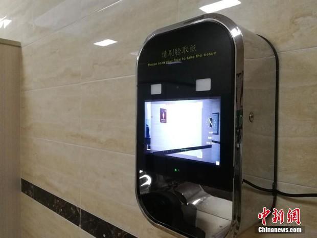Phát sợ với độ dị của toilet Trung Quốc: Lắp cả camera quét khuôn mặt mới cho lấy giấy vệ sinh - Ảnh 1.