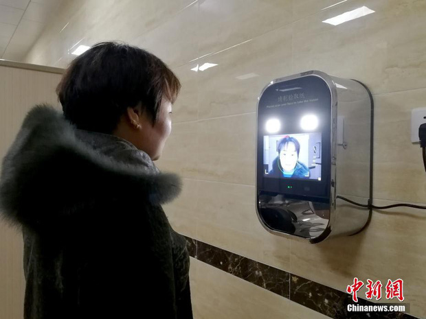 Phát sợ với độ dị của toilet Trung Quốc: Lắp cả camera quét khuôn mặt mới cho lấy giấy vệ sinh - Ảnh 2.