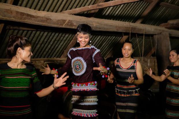 Không diện váy áo lộng lẫy, Hoa hậu HHen Niê vẫn đẹp rạng ngời khi khoác lên mình trang phục dân tộc Ê Đê - Ảnh 2.