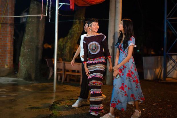 Không diện váy áo lộng lẫy, Hoa hậu HHen Niê vẫn đẹp rạng ngời khi khoác lên mình trang phục dân tộc Ê Đê - Ảnh 3.