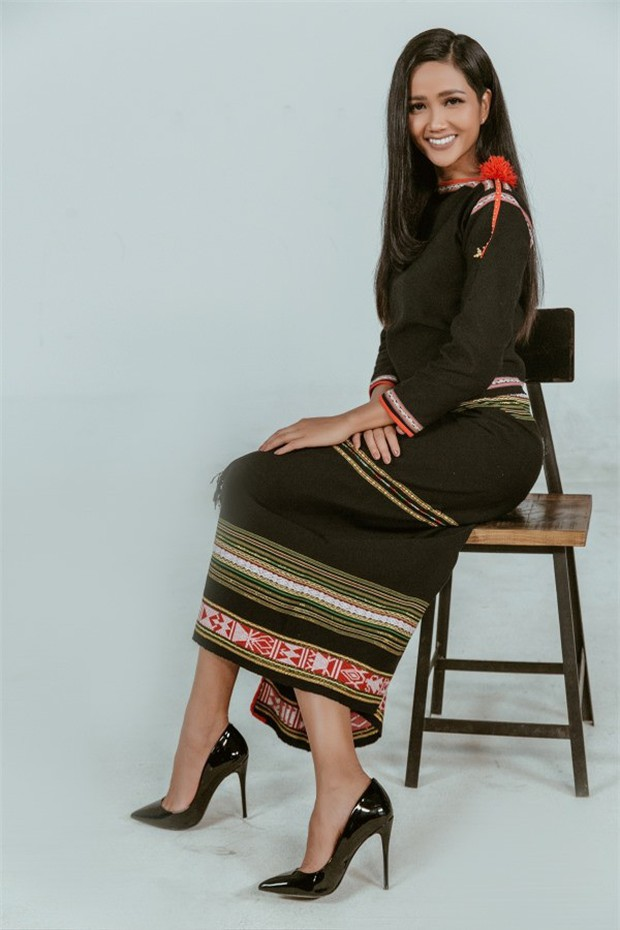 Không diện váy áo lộng lẫy, Hoa hậu HHen Niê vẫn đẹp rạng ngời khi khoác lên mình trang phục dân tộc Ê Đê - Ảnh 6.