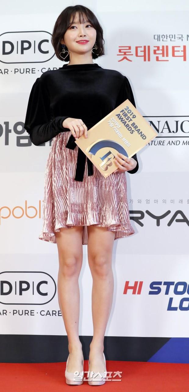Thảm đỏ thảm họa: Tiểu Jeon Ji Hyun diện đồ quá sến, nam thần có gương mặt đẹp nhất Kpop lấn át dàn mỹ nhân - Ảnh 16.
