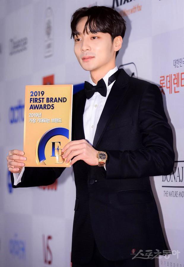 Thảm đỏ thảm họa: Tiểu Jeon Ji Hyun diện đồ quá sến, nam thần có gương mặt đẹp nhất Kpop lấn át dàn mỹ nhân - Ảnh 17.