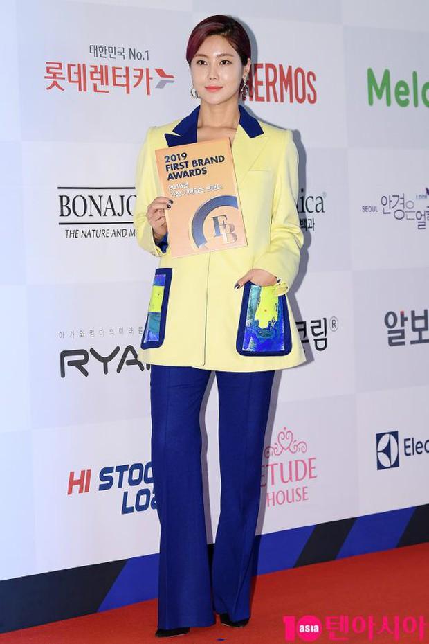 Thảm đỏ thảm họa: Tiểu Jeon Ji Hyun diện đồ quá sến, nam thần có gương mặt đẹp nhất Kpop lấn át dàn mỹ nhân - Ảnh 18.