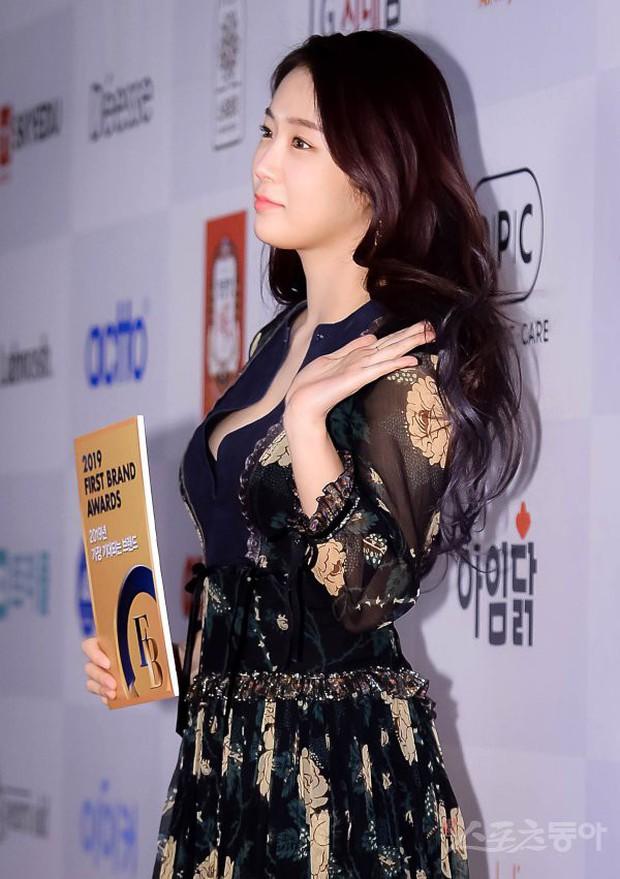Thảm đỏ thảm họa: Tiểu Jeon Ji Hyun diện đồ quá sến, nam thần có gương mặt đẹp nhất Kpop lấn át dàn mỹ nhân - Ảnh 9.