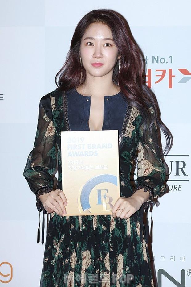 Thảm đỏ thảm họa: Tiểu Jeon Ji Hyun diện đồ quá sến, nam thần có gương mặt đẹp nhất Kpop lấn át dàn mỹ nhân - Ảnh 10.