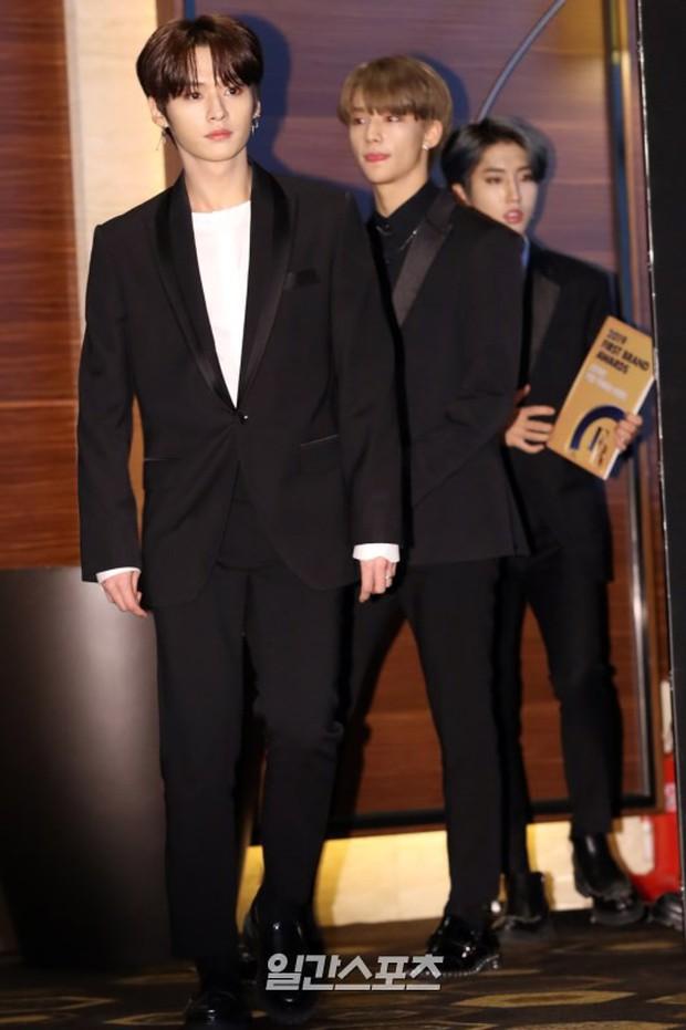 Thảm đỏ thảm họa: Tiểu Jeon Ji Hyun diện đồ quá sến, nam thần có gương mặt đẹp nhất Kpop lấn át dàn mỹ nhân - Ảnh 20.