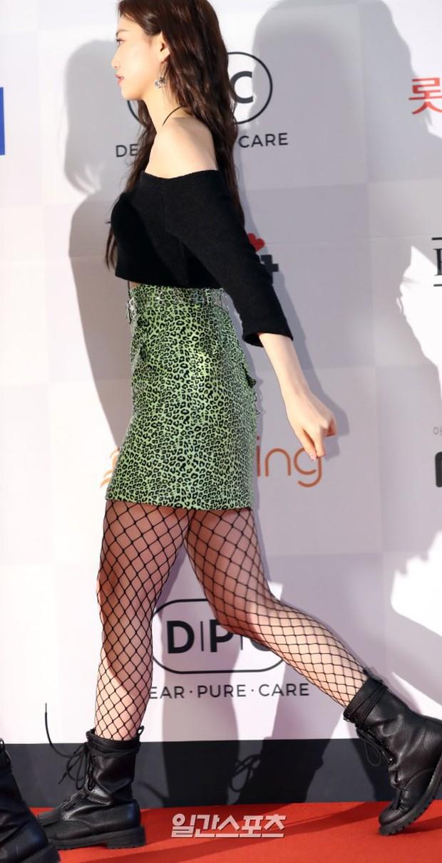 Thảm đỏ thảm họa: Tiểu Jeon Ji Hyun diện đồ quá sến, nam thần có gương mặt đẹp nhất Kpop lấn át dàn mỹ nhân - Ảnh 5.