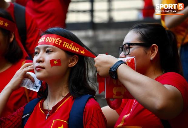 Những CĐV nữ xinh đẹp khiến trận bán kết lượt đi giữa Việt Nam - Philippines trở nên sôi động hơn bao giờ hết - Ảnh 5.
