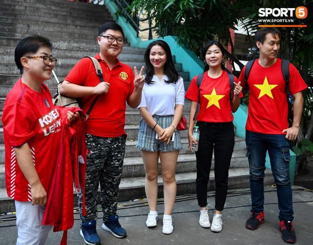 Những CĐV nữ xinh đẹp khiến trận bán kết lượt đi giữa Việt Nam - Philippines trở nên sôi động hơn bao giờ hết - Ảnh 2.