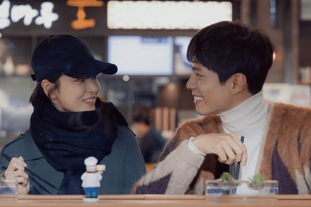 """Nhìn Park Bo Gum cười bẽn lẽn trước Song Hye Kyo ở """"Encounter"""", liền nhớ đến Jung Hae In của """"Chị Đẹp""""! - Ảnh 3."""