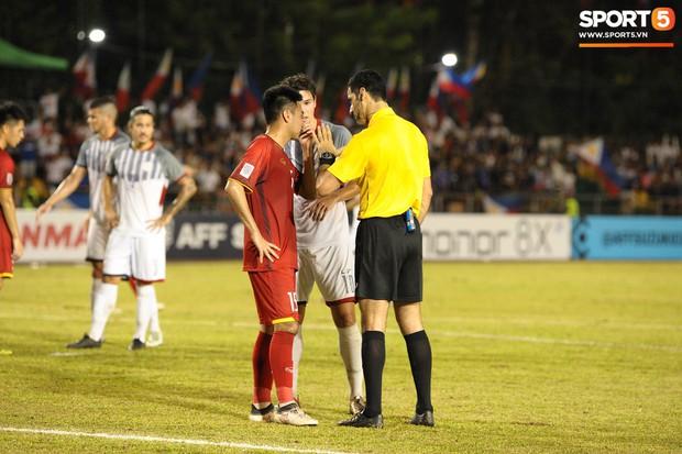 Những pha bóng cực rắn của cầu thủ Philippines nhắm vào cầu thủ Việt Nam tại bán kết AFF Cup 2018 - Ảnh 9.