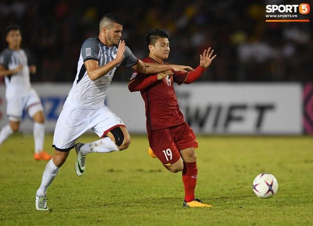 Những pha bóng cực rắn của cầu thủ Philippines nhắm vào cầu thủ Việt Nam tại bán kết AFF Cup 2018 - Ảnh 1.