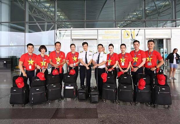 """Dàn hotgirl cùng hàng trăm CĐV Việt """"nhuộm đỏ"""" sân bay trước khi sang Philippines """"tiếp lửa"""" thầy trò HLV Park Hang Seo - Ảnh 18."""