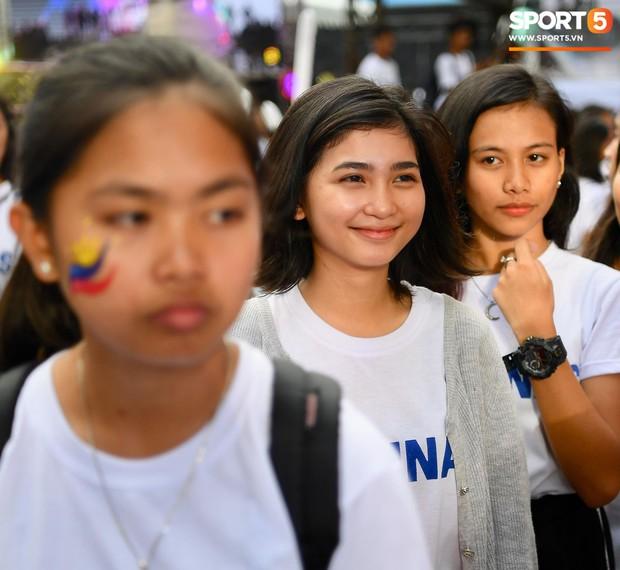 Những CĐV nữ xinh đẹp khiến trận bán kết lượt đi giữa Việt Nam - Philippines trở nên sôi động hơn bao giờ hết - Ảnh 6.