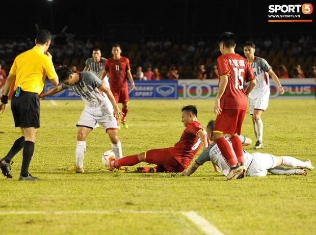 Những pha bóng cực rắn của cầu thủ Philippines nhắm vào cầu thủ Việt Nam tại bán kết AFF Cup 2018 - Ảnh 6.