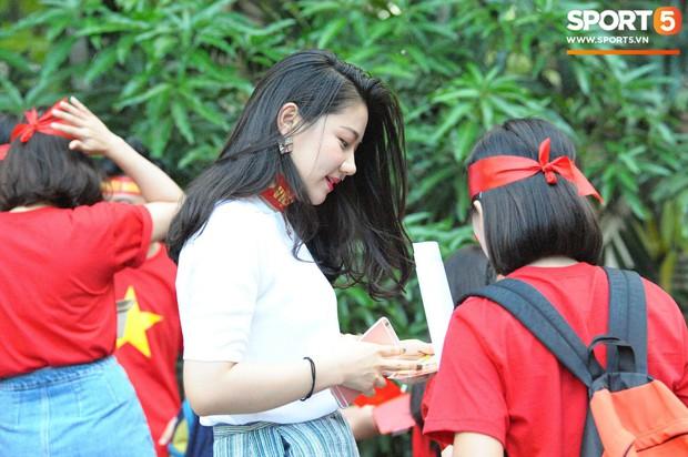 Những CĐV nữ xinh đẹp khiến trận bán kết lượt đi giữa Việt Nam - Philippines trở nên sôi động hơn bao giờ hết - Ảnh 7.