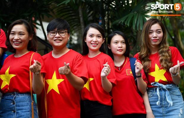 Những CĐV nữ xinh đẹp khiến trận bán kết lượt đi giữa Việt Nam - Philippines trở nên sôi động hơn bao giờ hết - Ảnh 10.