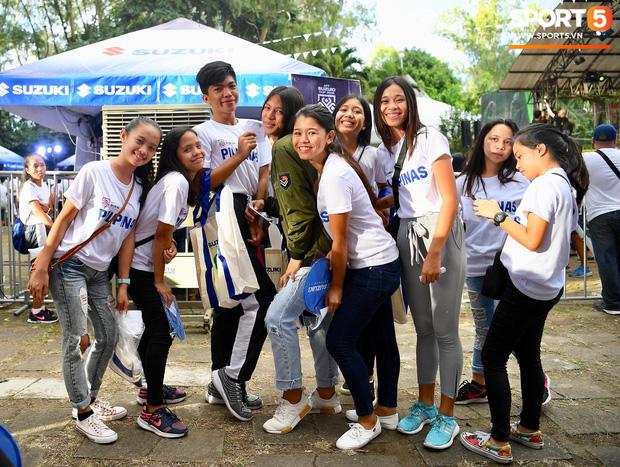 Những CĐV nữ xinh đẹp khiến trận bán kết lượt đi giữa Việt Nam - Philippines trở nên sôi động hơn bao giờ hết - Ảnh 4.