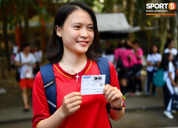Những CĐV nữ xinh đẹp khiến trận bán kết lượt đi giữa Việt Nam - Philippines trở nên sôi động hơn bao giờ hết - Ảnh 11.