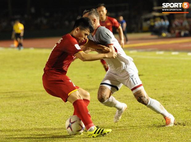 Những pha bóng cực rắn của cầu thủ Philippines nhắm vào cầu thủ Việt Nam tại bán kết AFF Cup 2018 - Ảnh 10.