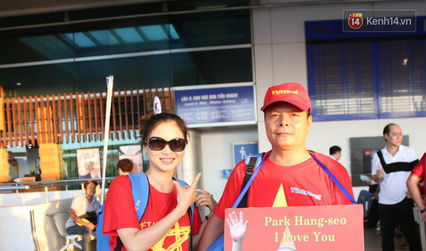 """Dàn hotgirl cùng hàng trăm CĐV Việt """"nhuộm đỏ"""" sân bay trước khi sang Philippines """"tiếp lửa"""" thầy trò HLV Park Hang Seo - Ảnh 12."""