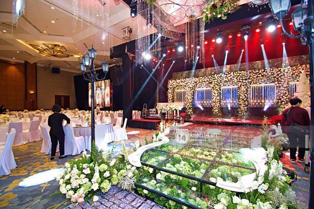 Không gian đám cưới ngập tràn sắc hoa của Á hậu Thanh Tú và ông xã đại gia 40 tuổi - Ảnh 4.