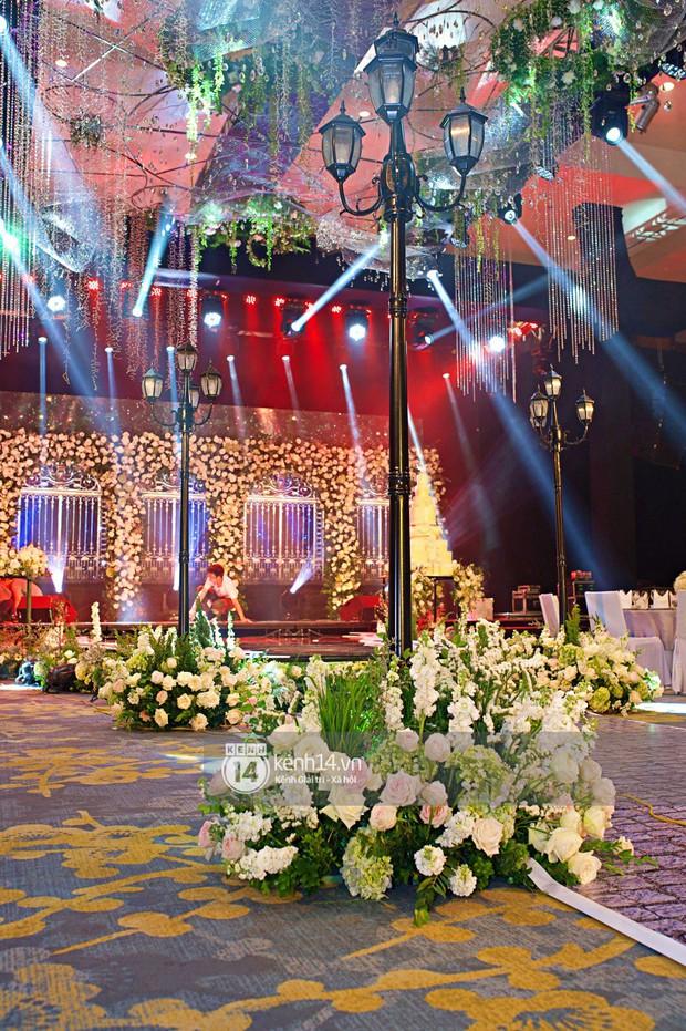 Không gian đám cưới ngập tràn sắc hoa của Á hậu Thanh Tú và ông xã đại gia 40 tuổi - Ảnh 2.