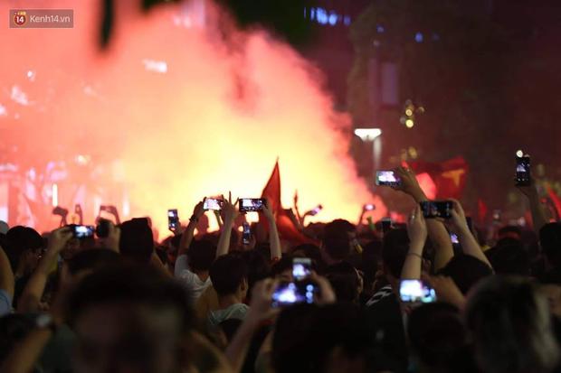 Hàng triệu CĐV đổ ra đường ăn mừng chiến thắng của đội tuyển Việt Nam trước Philippines trong trận bán kết lượt đi - Ảnh 2.