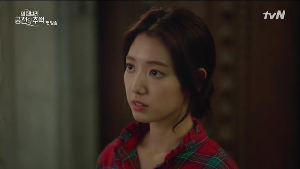 """Mới tập đầu """"Memories of the Alhambra"""", Hyun Bin đã bị Park Shin Hye """"hành"""" cho lên bờ xuống ruộng - Ảnh 2."""