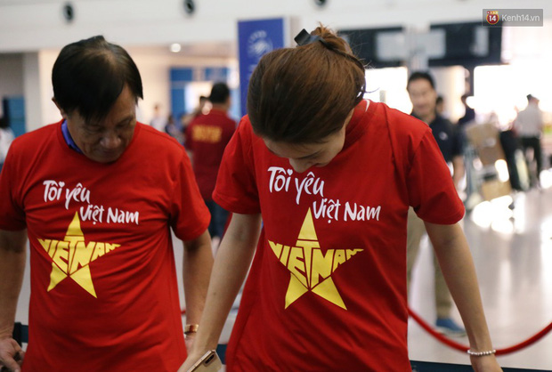 """Dàn hotgirl cùng hàng trăm CĐV Việt """"nhuộm đỏ"""" sân bay trước khi sang Philippines """"tiếp lửa"""" thầy trò HLV Park Hang Seo - Ảnh 8."""