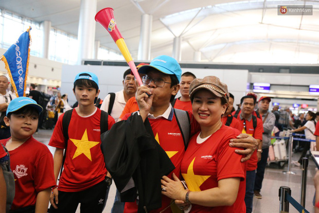 """Dàn hotgirl cùng hàng trăm CĐV Việt """"nhuộm đỏ"""" sân bay trước khi sang Philippines """"tiếp lửa"""" thầy trò HLV Park Hang Seo - Ảnh 10."""