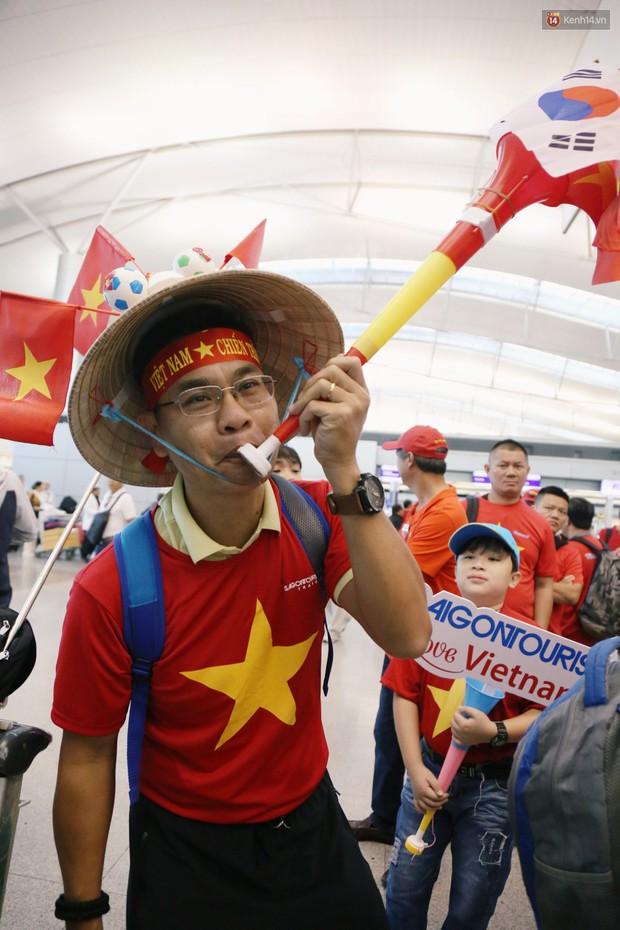 """Dàn hotgirl cùng hàng trăm CĐV Việt """"nhuộm đỏ"""" sân bay trước khi sang Philippines """"tiếp lửa"""" thầy trò HLV Park Hang Seo - Ảnh 9."""